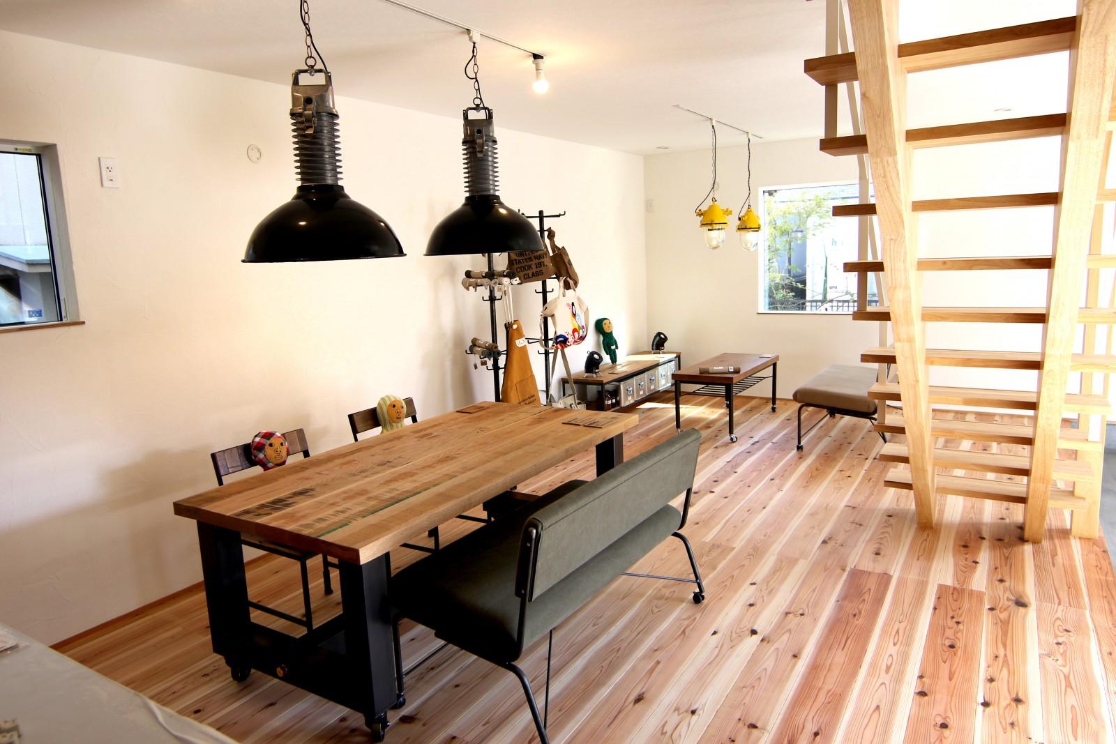 アイアン家具のテーブル